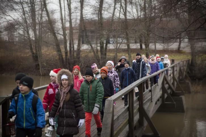 Jul i Bruket 2015, Billnäs skolans fackeltåg med Billnäs FBK, bild: Katriina Roiha